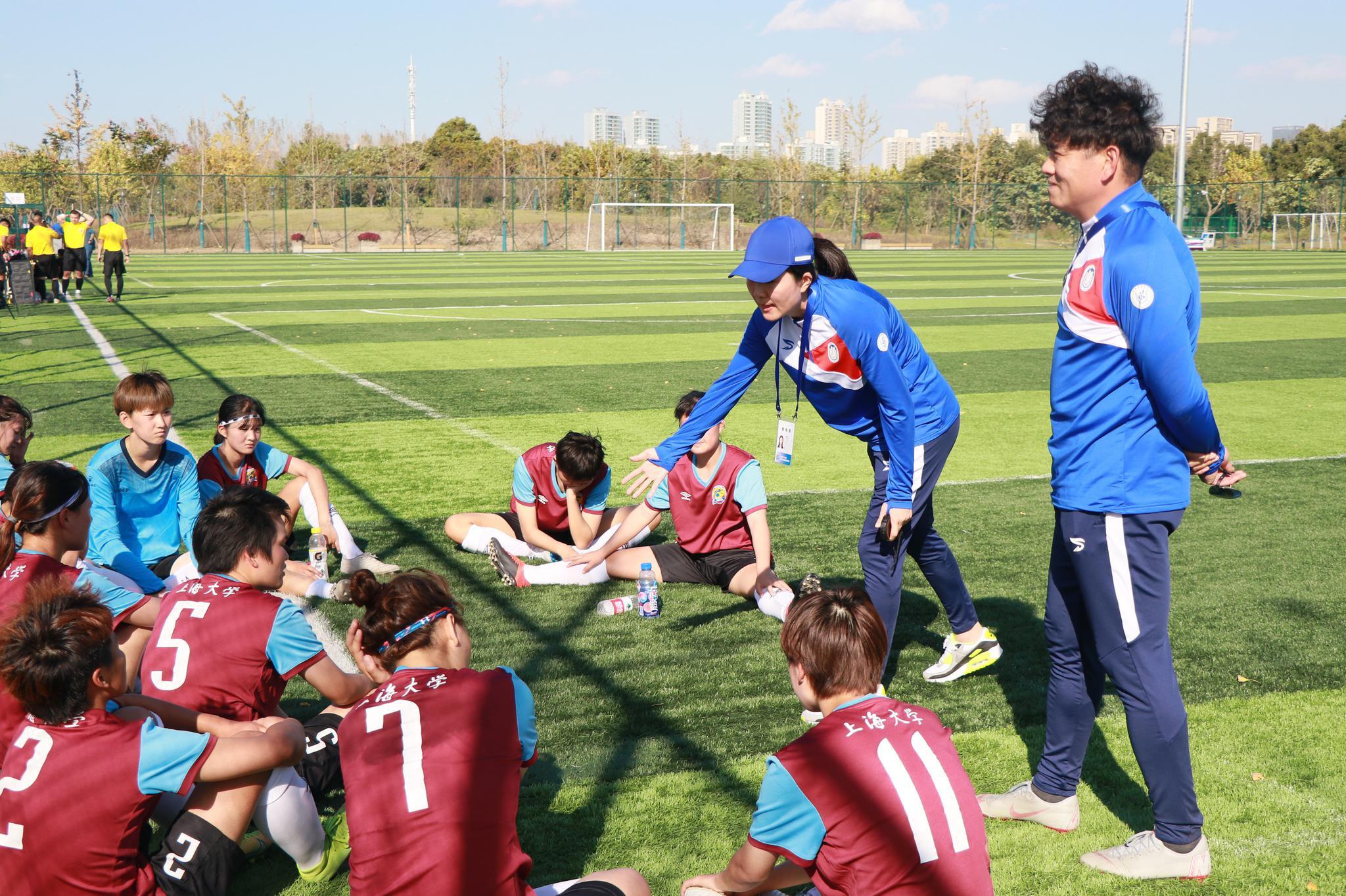 浦玮指导大学球员。