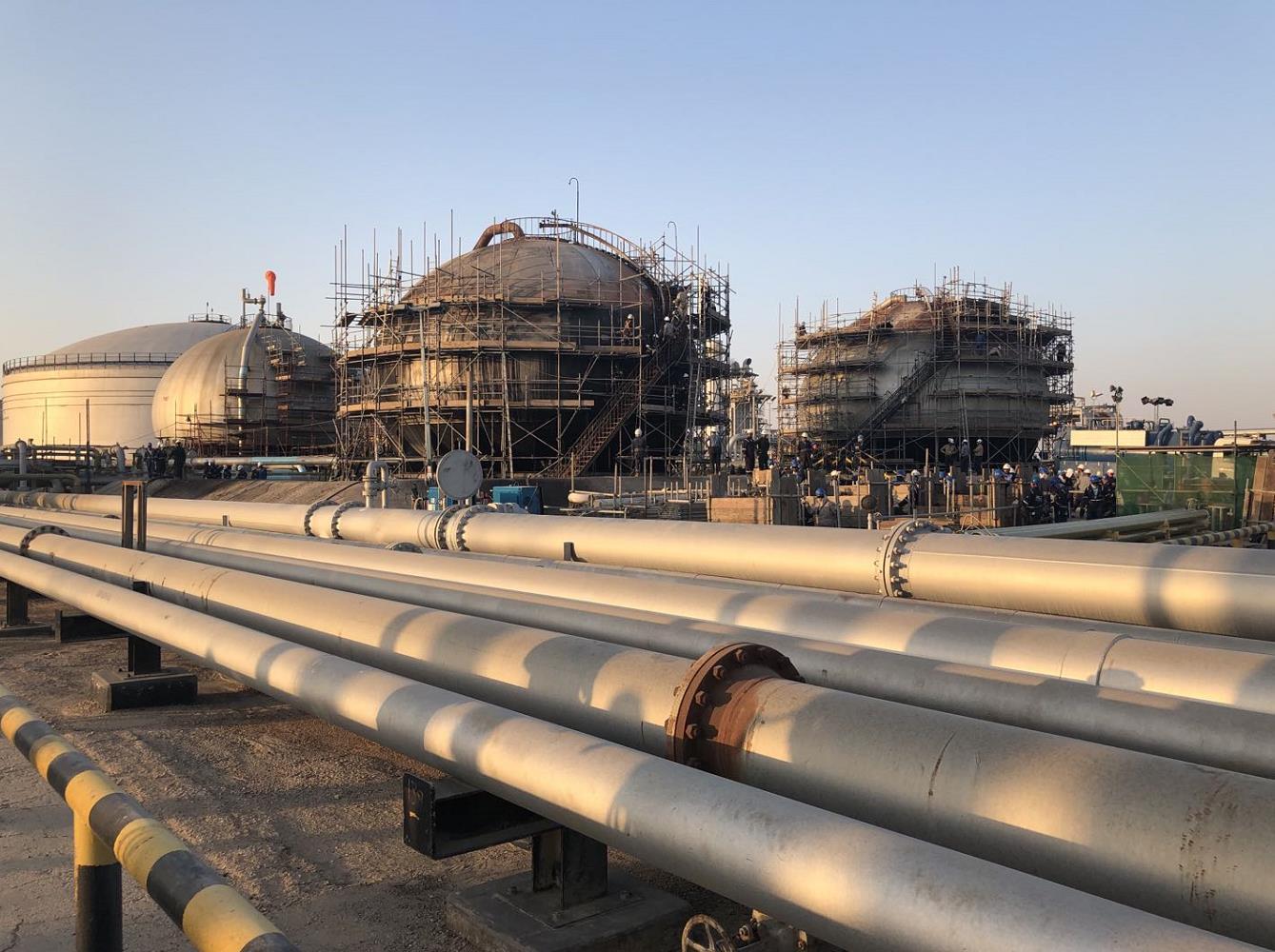 沙特西部一石油设施遭遇导弹袭击引发火灾