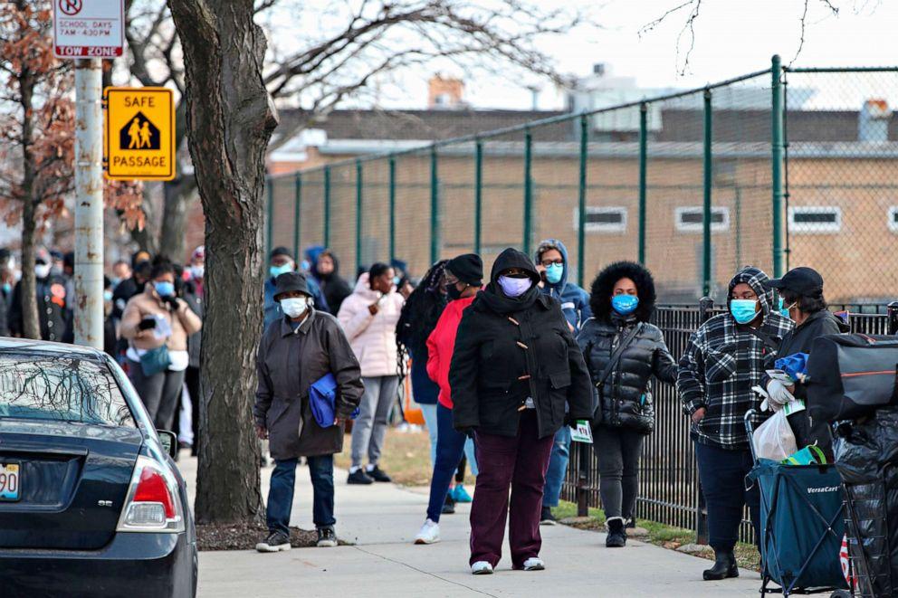 排队领取免费火鸡的芝加哥民众。(GettyImages)