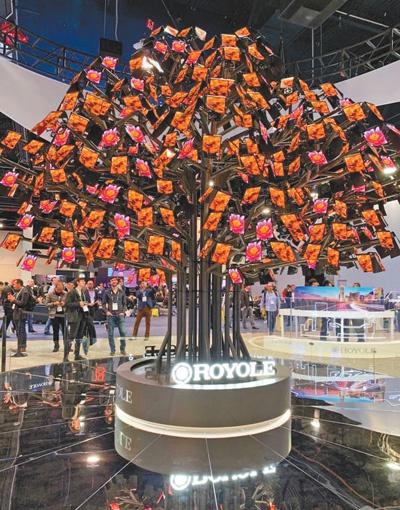 """柔宇科技公司展出的""""柔树"""",每片""""叶子""""还能单独显示图片、视频等高清内容。 本报记者 王如君摄"""