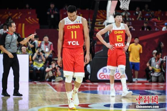 资料图:9月4日,2019男篮世界杯小组赛A组第三轮比赛在北京进行,中国队59比72负委内瑞拉队。图为中国队球员易建联(左)、周琦(右)表情失落。中新社记者 崔楠 摄
