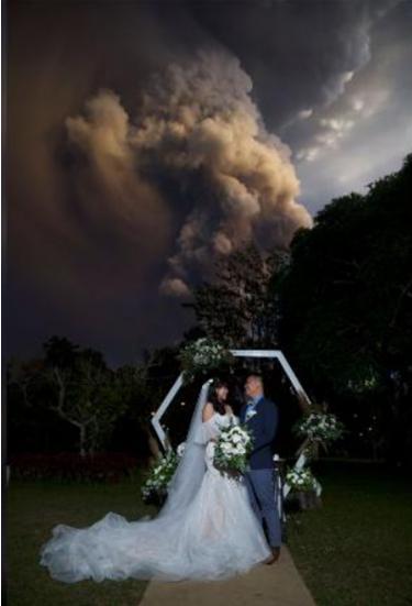 """""""惊险""""婚礼!新婚夫妇菲律宾火山喷发地附近办婚礼,摄影师拍下壮观一幕……"""