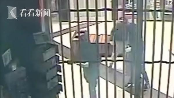 窃贼持锤夜闯购物中心 偷走巨款连保险柜也不放过