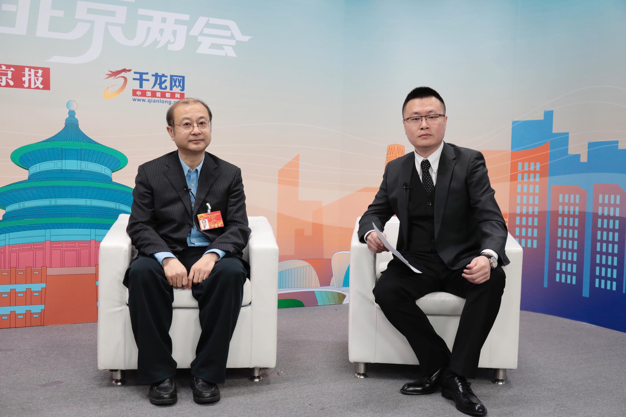 市人大代外熊辉、孟令悦批准新京报视频采访,就院前急救建言献策。摄/新京报记者 王嘉宁