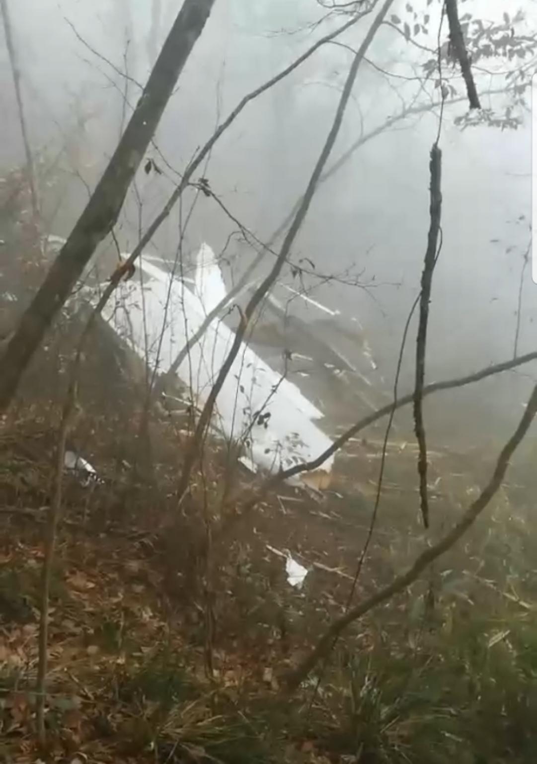 村民在找到失事飞机后拍到的画面。受访者供图