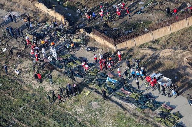 遇难者遗体被放进尸袋中(图源:法新社)