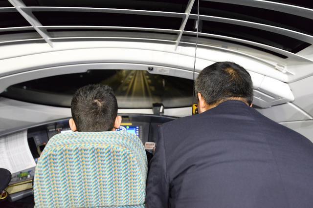 确认车司机室,添乘员仔细观察线路情况
