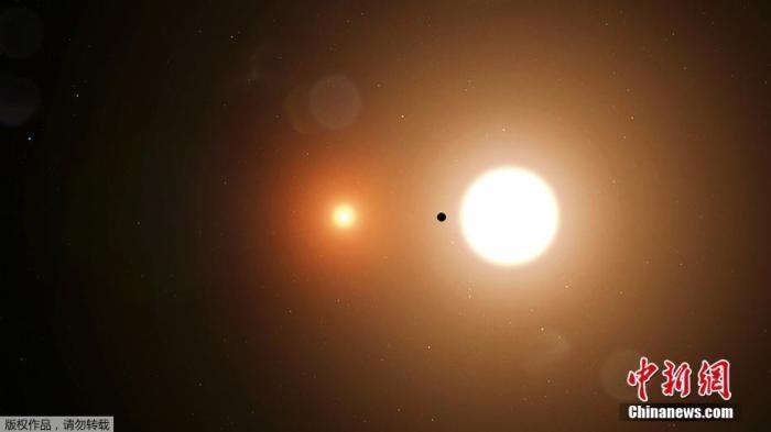 近日NASA宣布其走星搜寻义务苔丝又有新发现,首次发现了一颗围绕两个恒星运走的走星TOI 1338b,它在1300光年外被发现。TOI 1338b的大幼介于海王星和土星之间,它的恒星一颗的质量比太阳大10%,另一颗则更幼、更冷。