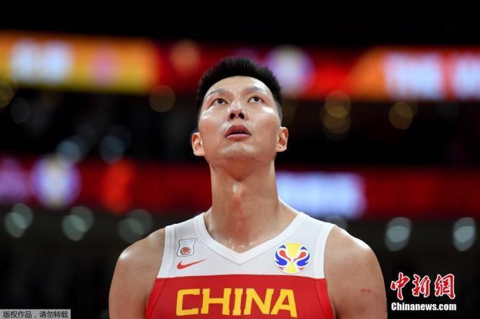 资料图:2019年9月8日,中国男篮在世界杯小组赛第二阶段的最后一场比赛中,73:86不敌尼日利亚,失去了直通东京奥运会的资格。30多岁的老将易建联拼到最后一刻,全场拿到了27分6篮板。这也是易建联国家队生涯中第一次担任队长,却以这样一种方式告别了世界杯。