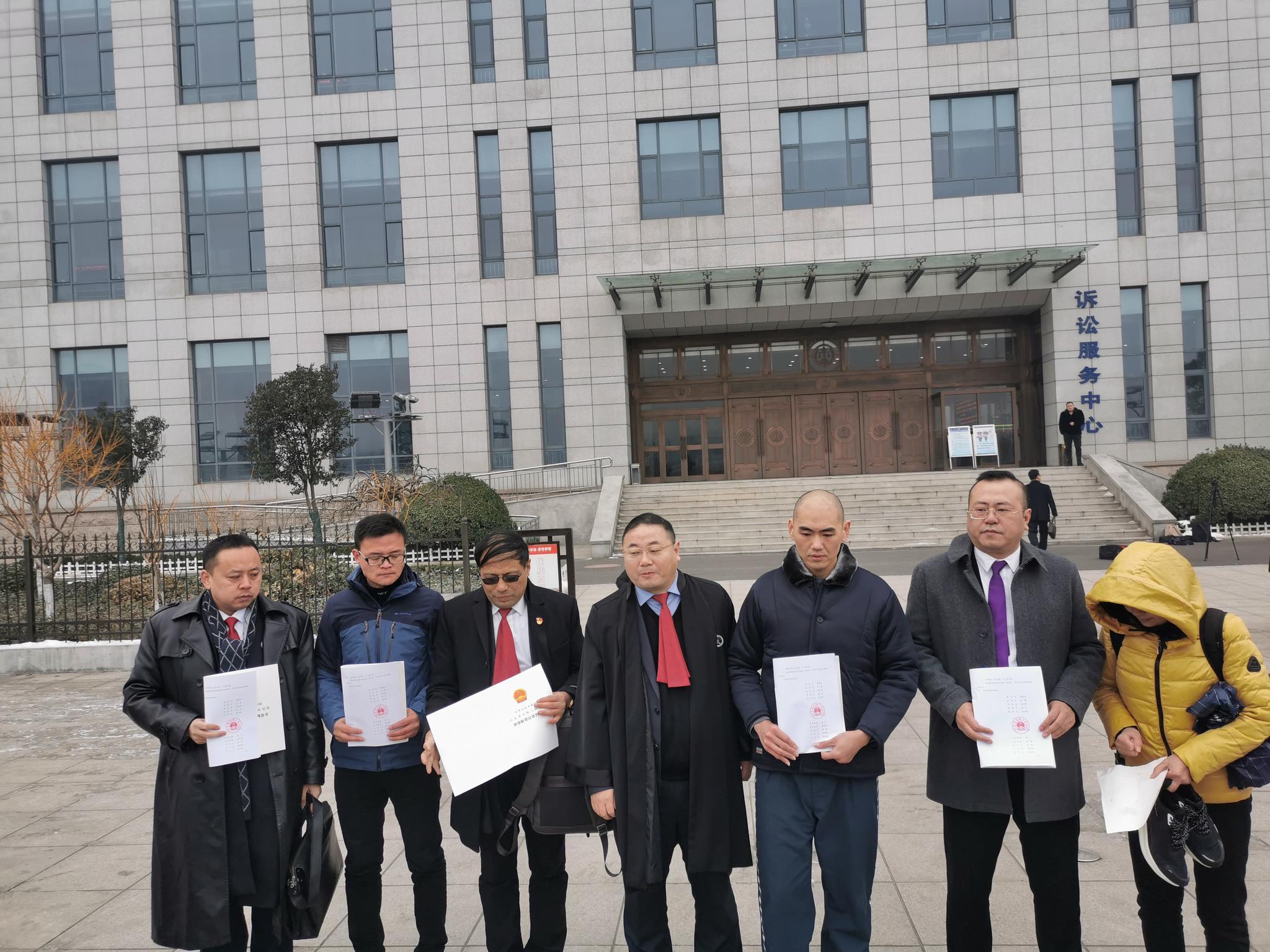 张志超(右三)、王广超(左二)和家人、代理律师合影。