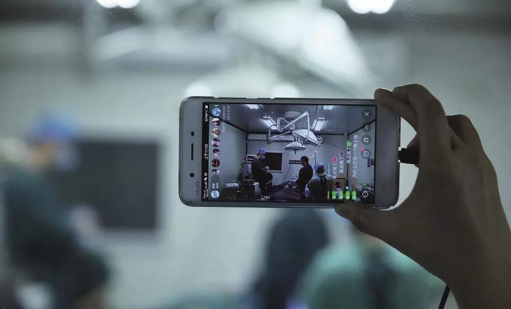 成都别名网络女主播直播其整容过程。图/视觉中国