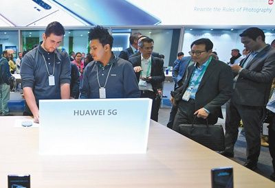 参观者在华为展台体验5G产品   新华社记者 吴晓凌摄