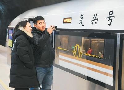 2019年12月30日,旅客在八达岭长城站拍照留念。   任 超摄(新华社发)