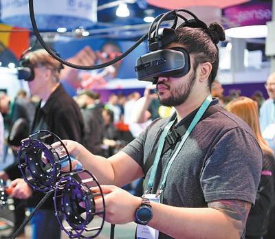一名观众体验基于虚拟现实技术的游戏。新华社记者 吴晓凌摄