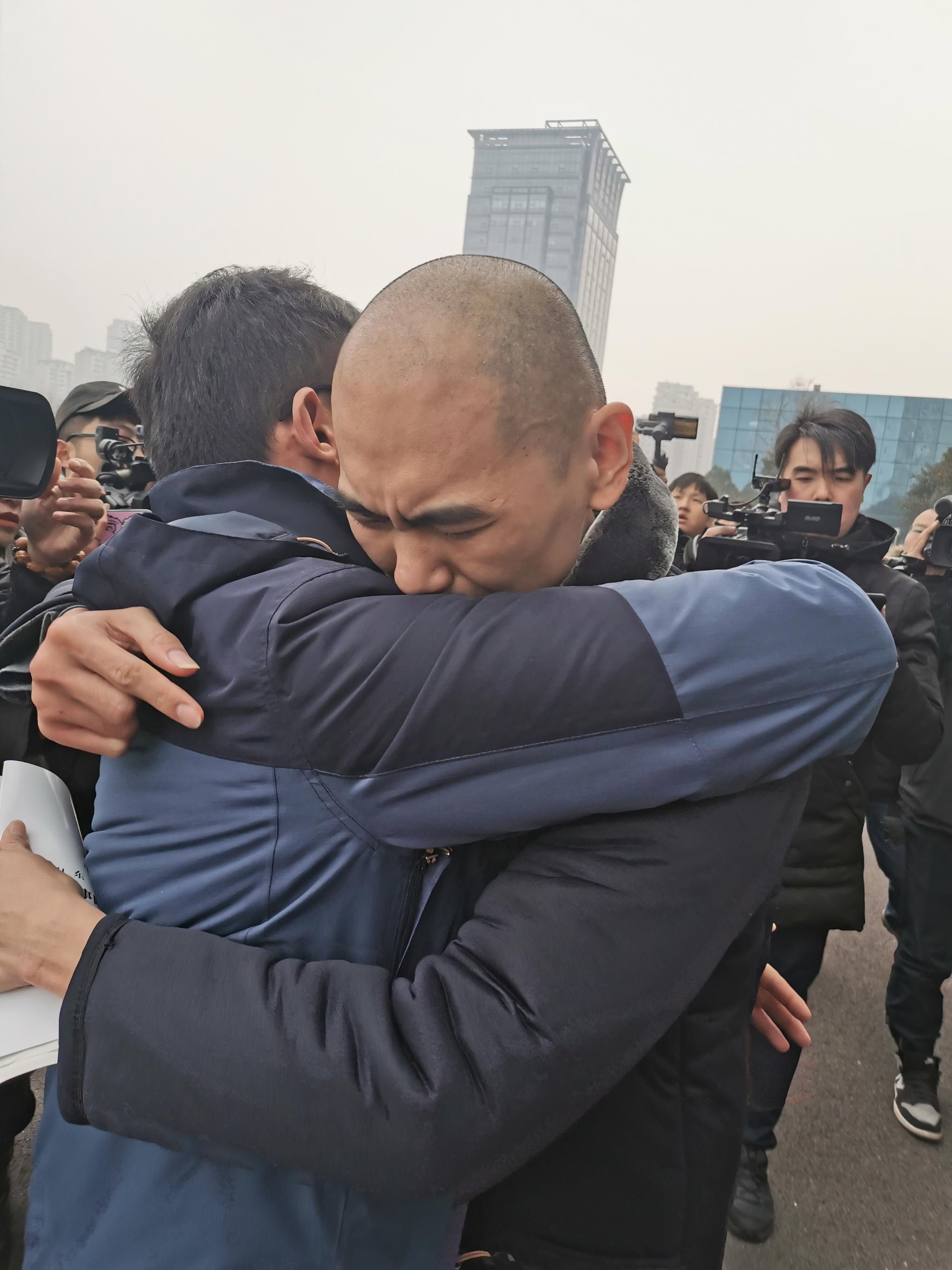 张志超拥抱王广超。 本文均为澎湃新闻记者 张家然 图