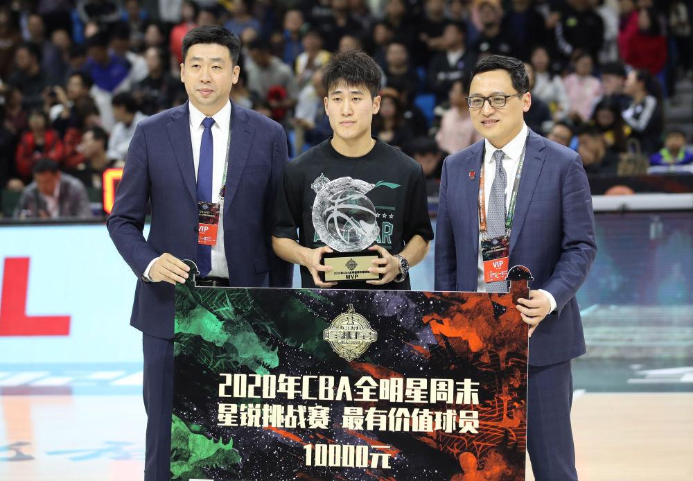 CBA星锐队球员姜伟泽(中)获得星锐赛最有价值球员。新华社记者孟永民摄