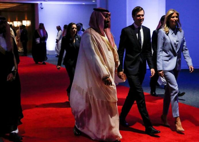 2017年5月,库什纳(中)在沙特