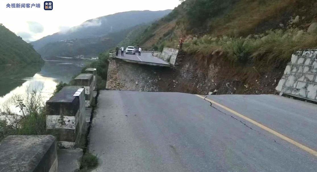 云南S237省道云龙境内公路发生坍塌 预计4天抢通