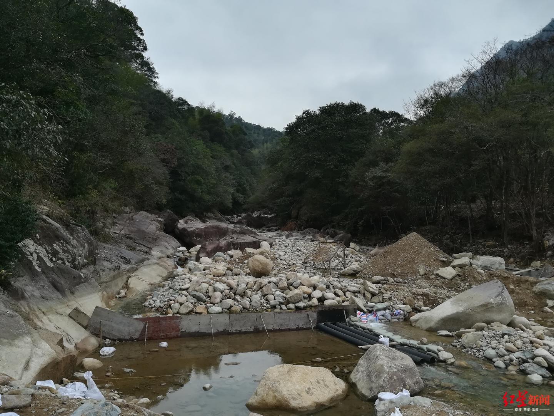 ↑武夷山农夫山泉拟建堤坝处堆放着少许建筑材料。