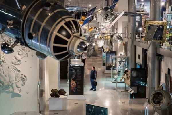 资料图:在俄罗斯首都莫斯科,观众在航天博物馆内参观。(新华社)