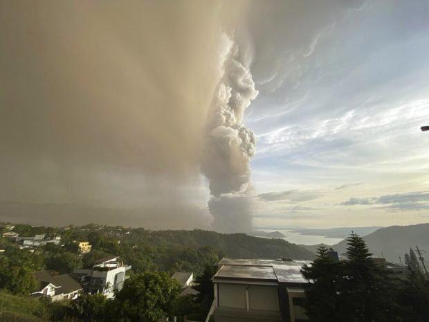 菲律宾塔尔火山12日喷发出大量火山灰和烟雾。(图源:菲律宾每日问询者报)