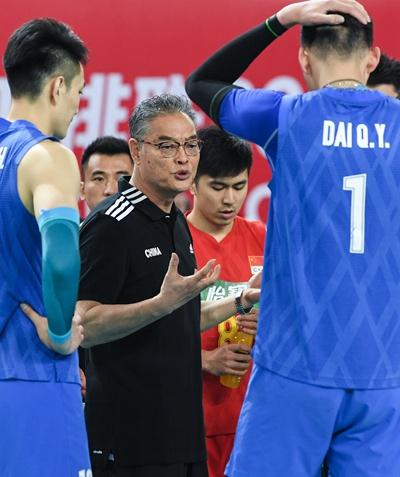 1月12日,中国队主教练沈富麟(中)在比赛间歇向球员布置战术。新华社记者邓华/摄