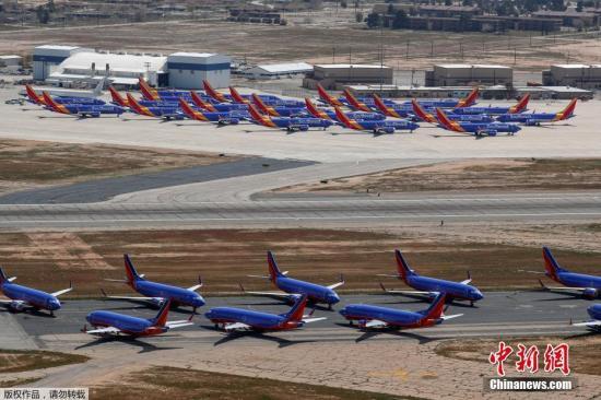 """原料图:美国西南航空公司的波音737 MAX系列飞机停放在号称""""飞机坟场""""的维克众维尔机场。"""
