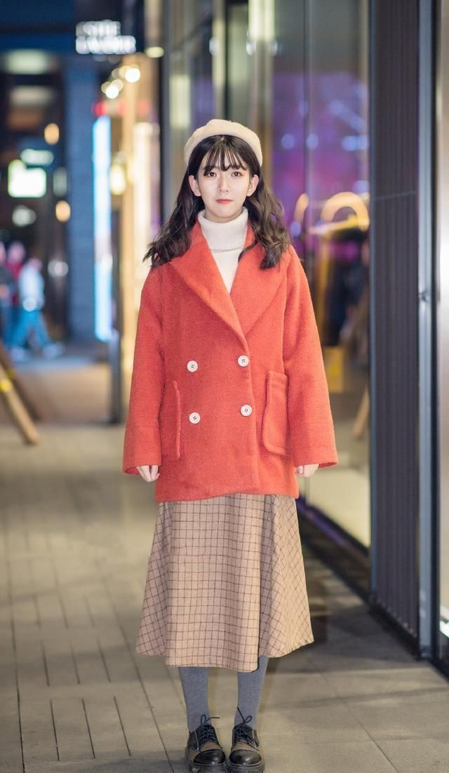 街拍:潮流优雅的美女,一款拼色设计的皮草大衣,尽显时尚魅力女人味