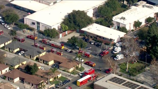 消防车和警车集合在小学校园 CBS图