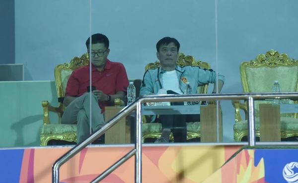陈戌源(右)现场督战国奥。