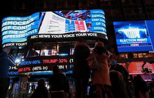 11月3日,人们在美国纽约时报广场不雅旁观实时计票效果。新华社记者 王迎 摄