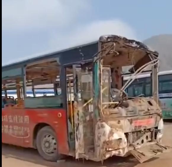 西寧地陷公交車現狀曝光:車身過火司機腰部受傷