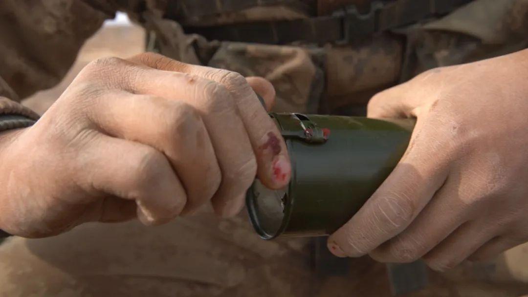 西北戈壁 第75集团军火力分队用炮弹点亮夜空(图)