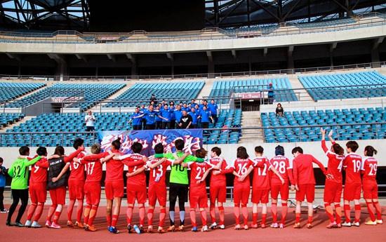 女足队员向现场球迷致谢。前大连女足队员供图