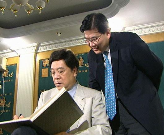 2006年,赵忠祥参加《可凡倾听》节目,与曹可凡的合影。