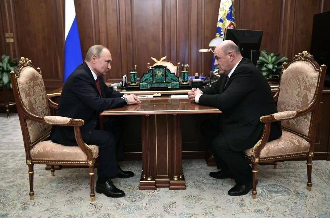1月15日,俄罗斯总统普京(左)在莫斯科与米舒斯京进行工作会谈。新华社/俄新社