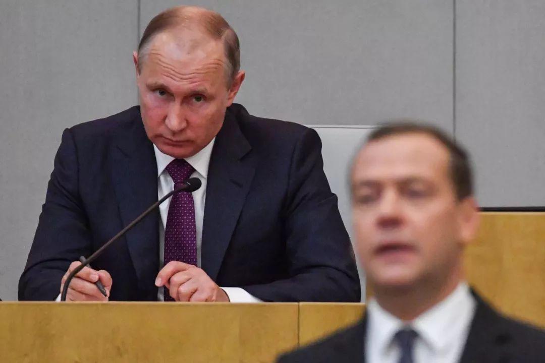 2018年5月8日,在俄罗斯莫斯科,俄总统普京(左)出席国家杜马全体会议。新华社/法新
