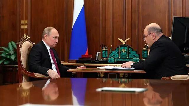 2019年5月,米舒斯金向普京报告税收情况。图源:俄媒