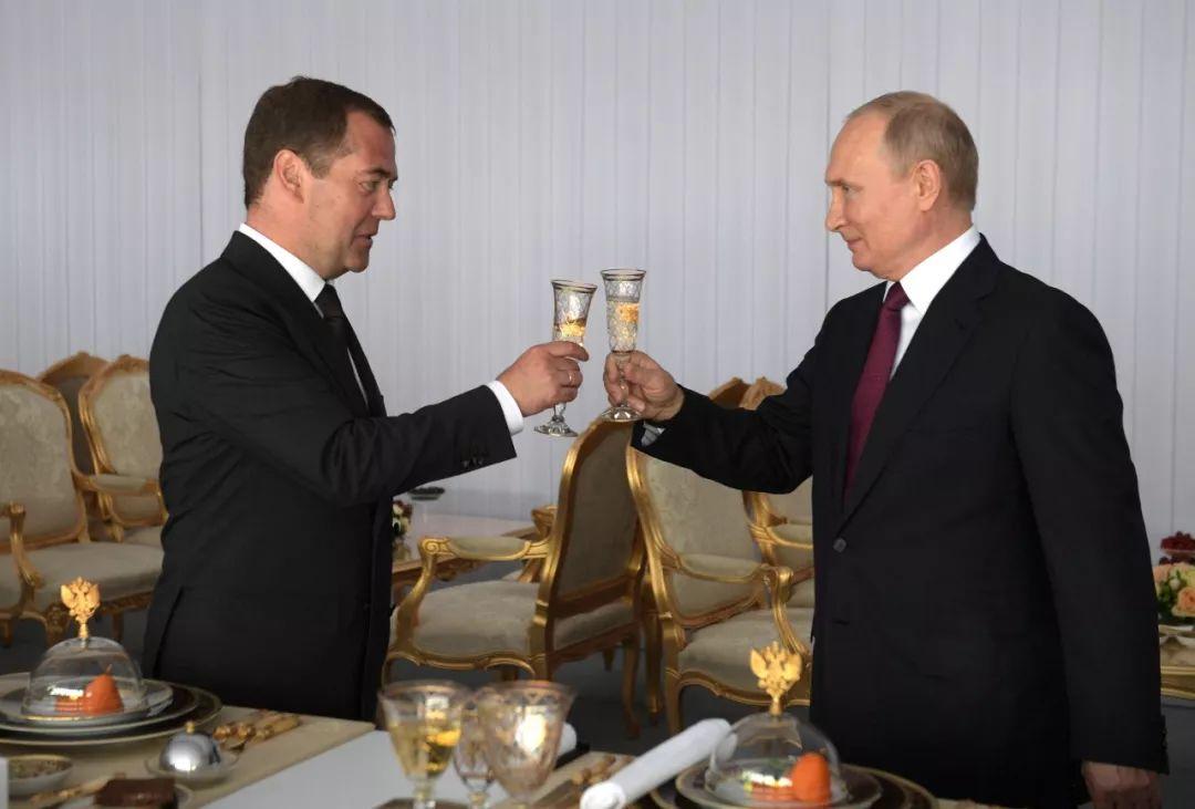 2019年6月12日,在俄罗斯莫斯科克里姆林宫,总统普京(右)与总理梅德韦杰夫在出席俄罗斯日庆祝活动时碰杯。新华社/路透