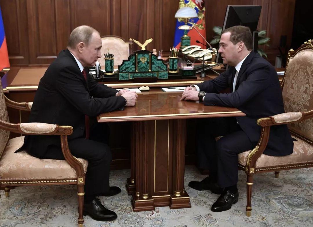 1月15日,俄罗斯总统普京(左)在莫斯科与总理梅德韦杰夫交谈。新华社/俄新社