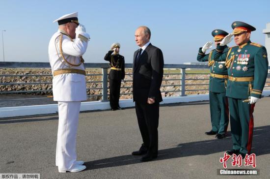 原料图:普京检阅军舰。