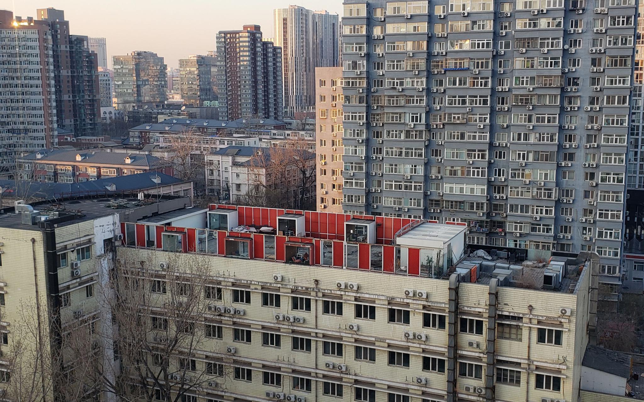 """新京报记者实地探访,发现""""东长安商务酒店""""顶楼建有红色围栏。新京报记者 张熙廷 摄"""