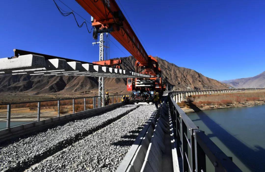 2019年12月1日,工人在进行拉(萨)林(芝)铁路第二次跨越雅鲁藏布江的铺轨。 图片来源:新华社记者 觉果 摄