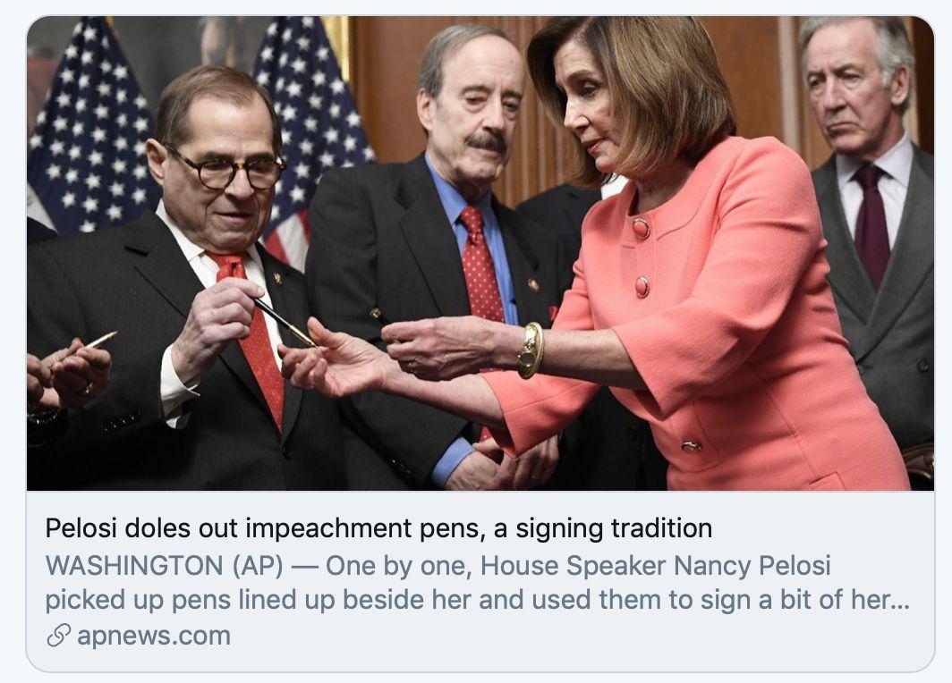 佩洛西签字后将签字笔赠送给其他人。