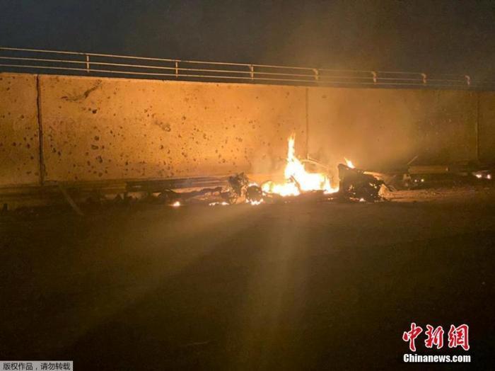 当地时间1月3日清晨,据伊拉克安全部分发布的声明,巴格达国际机场邻近遭到3枚导弹突击,两部车辆被炸毁,致数人死亡。