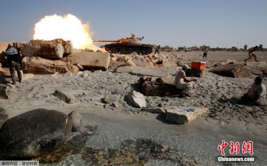 """原料图:利比亚坦然部队T-55坦克向""""伊斯兰国""""极端武装开炮。"""