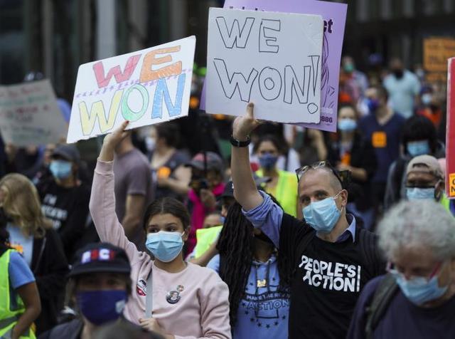 ↑11月7日,拜登声援者在美国纽约街头游走图据新华社