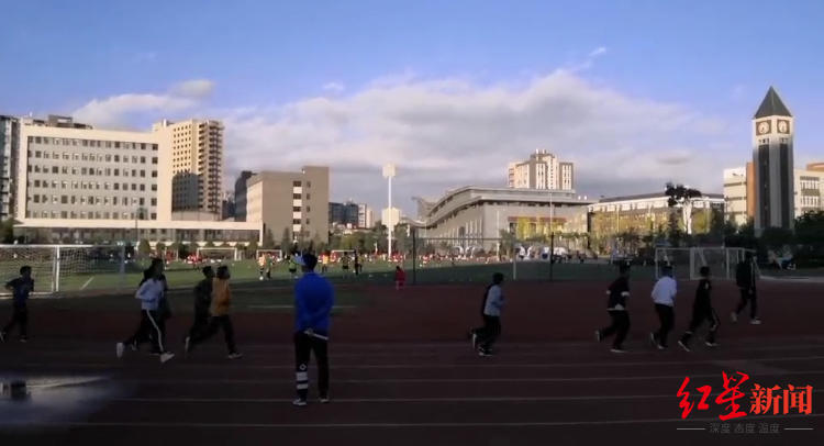 ▲正在进走体育训练的孩子们