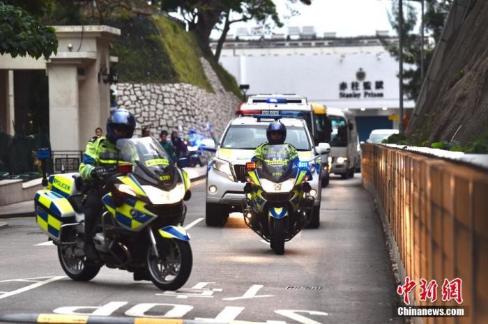 图为押解季炳雄的车队离开赤柱监狱。中新社记者 麦尚旻 摄