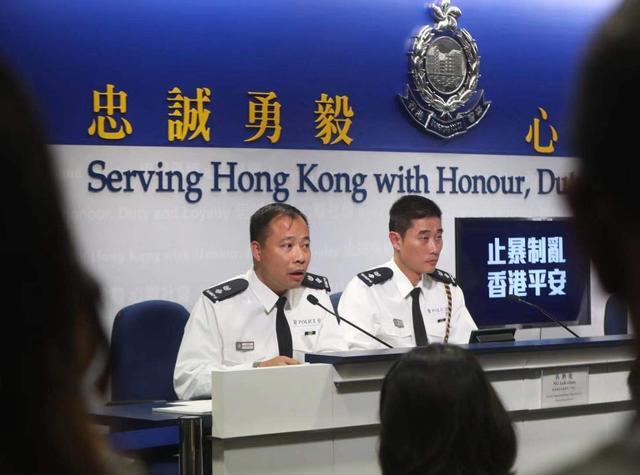 汪威逊(左)答记者问